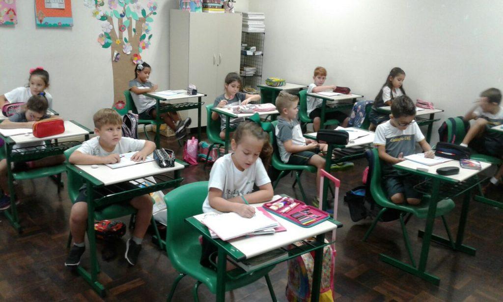 estudantes escrevendo as palavras ditadas