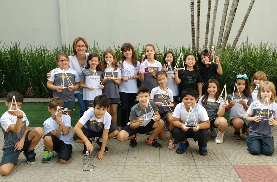 crianças segurando poliedros